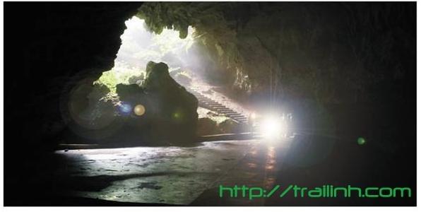 Thám hiểm hang động cần những loại đèn pin công suất lớn bởi trần hang có thể rất cao và đèn yếu không chiếu tới được